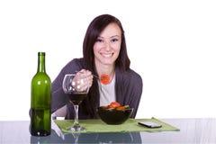 Menina bonita que come a salada Fotos de Stock