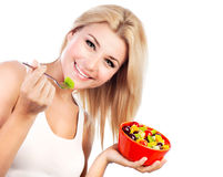 Menina bonita que come a salada de fruta Fotos de Stock Royalty Free