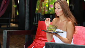 Menina bonita que come a salada de fruta filme