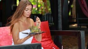 Menina bonita que come a salada de fruta video estoque