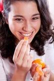 Menina bonita que come tangerinas Imagem de Stock