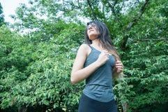 Menina bonita que corre no parque Fotos de Stock Royalty Free