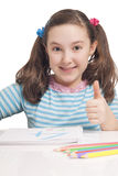 Menina bonita que desenha e que mostra ESTÁ BEM Imagens de Stock