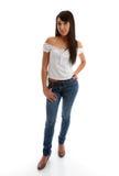 Menina bonita que desgasta calças de brim magros e parte superior foto de stock