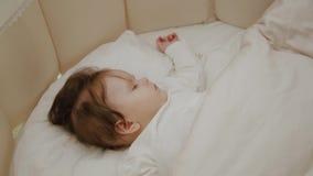 Menina bonita que dorme em seu berço filme