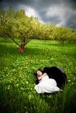 Menina bonita que dorme no caso do violoncelo Fotos de Stock Royalty Free