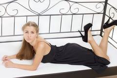 Menina bonita que encontra-se na cama Foto de Stock