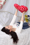 Menina bonita que encontra-se na cama Foto de Stock Royalty Free