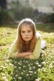Menina bonita que encontra-se na grama Fotos de Stock Royalty Free