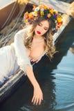 Menina bonita que encontra-se no barco Imagens de Stock Royalty Free