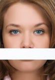 Menina bonita que esconde seu close-up da boca Foto de Stock Royalty Free