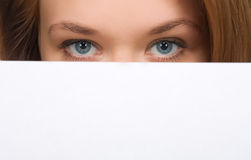 Menina bonita que esconde seu close-up da face Fotografia de Stock Royalty Free