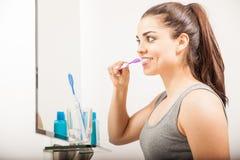 Menina bonita que escova seus dentes na manhã imagens de stock royalty free