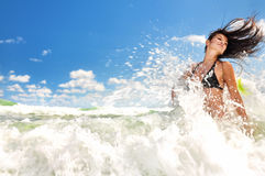 Menina bonita que espirra no oceano Fotografia de Stock