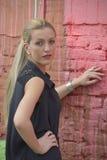 Menina bonita que está contra a parede fotos de stock royalty free