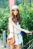 Menina bonita que estaciona sua bicicleta Imagem de Stock Royalty Free