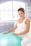 Menina bonita que exercita com fitball em casa fotografia de stock royalty free