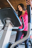 Menina bonita que exercita em Ski Machine com sorriso Foto de Stock Royalty Free