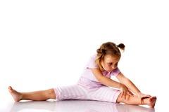 Menina bonita que exercita, esticando imagens de stock royalty free