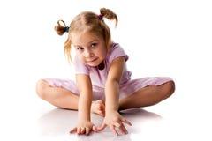 Menina bonita que exercita, pose da borboleta Foto de Stock Royalty Free