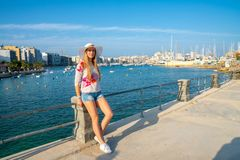 Menina bonita que explora a cidade velha de Valletta em Malta imagem de stock