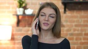 Menina bonita que fala em Smartphone, retrato video estoque