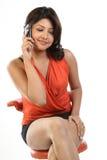 Menina bonita que fala em um telefone de pilha fotografia de stock royalty free
