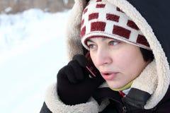 Menina bonita que fala pelo telefone móvel Fotos de Stock Royalty Free