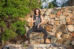 Menina bonita que faz a dança shamanic na natureza Imagens de Stock Royalty Free