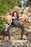 Menina bonita que faz a dança shamanic na natureza Fotos de Stock Royalty Free