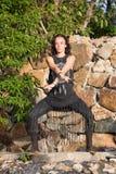 Menina bonita que faz a dança shamanic na natureza Fotografia de Stock
