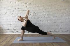 Menina bonita que faz a ioga Fotografia de Stock Royalty Free