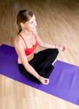 Menina bonita que faz a ioga foto de stock royalty free