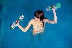 Menina bonita que faz o exercício aeróbio do aqua Foto de Stock