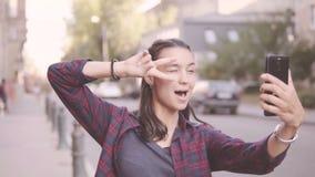 Menina bonita que faz o selfie ao andar em torno da cidade filme