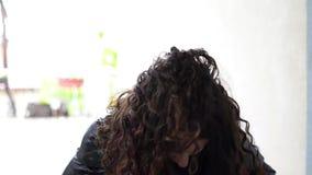 Menina bonita que faz seu cabelo encaracolado filme