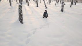 Menina bonita que faz um anjo da neve filme