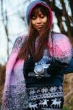 Menina bonita que fotografa no tempo frio Imagens de Stock
