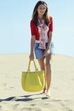 Menina bonita que funciona na areia imagens de stock royalty free