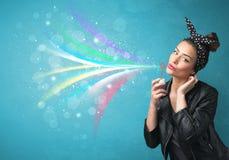 Menina bonita que funde bolhas e linhas coloridas abstratas Fotografia de Stock