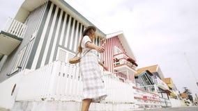 Menina bonita que gerencie e que dança na rua de Costa Nova video estoque