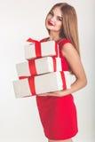 Menina bonita que guarda a caixa de presente do White Christmas imagem de stock