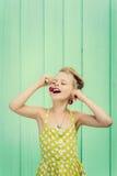 Menina bonita que guarda cerejas como brincos - denomine Rockabilly fotografia de stock