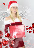Menina bonita que guarda um presente de Chritmas Fotos de Stock Royalty Free
