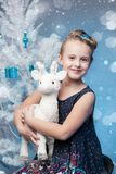 Menina bonita que guarda uma estatueta da cabra Fotos de Stock Royalty Free