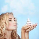 Menina bonita que guardara pedras dos termas Imagens de Stock