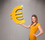 Menina bonita que guardara um sinal grande do euro do ouro 3d Foto de Stock Royalty Free