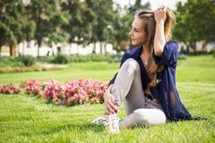 Menina bonita que joga com cabelo Foto de Stock Royalty Free