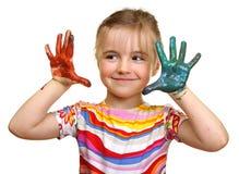 Menina bonita que joga com cores foto de stock