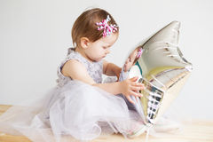 menina bonita que joga com o balão estrela-dado forma prata Fotos de Stock